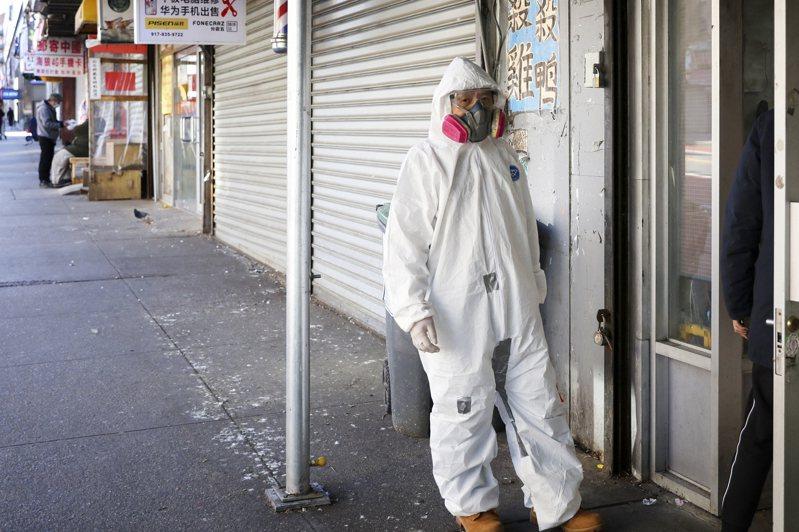 新冠肺炎單日奪走美國紐約州731條人命,創疫情爆發以來新高。圖為紐約民眾穿防護服去藥店取藥。 (中新社)