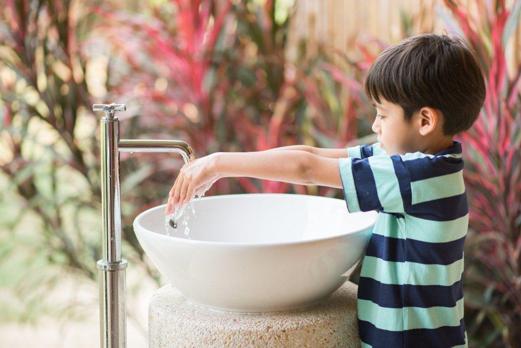家中幼兒如感染腸病毒,應避免與其他幼兒接觸,避免交叉感染;孩子痊癒後仍應繼續注意...
