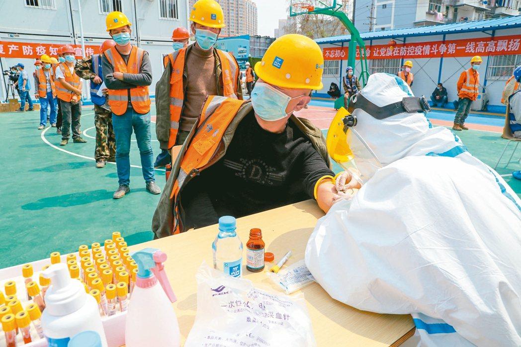 為協助企業復工復產,武漢許多單位組成專業檢測機構為所有返崗人員核酸檢測和血清抗體...