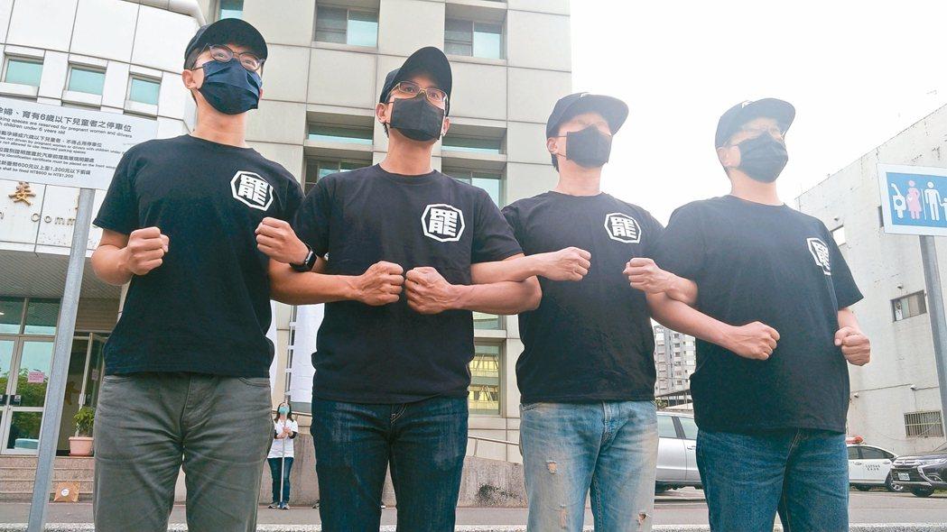 高雄市選委會宣布罷免高雄市長韓國瑜第二階段連署通過,罷韓團體在市選委會前向市民表...