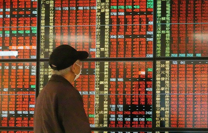 台股昨天開盤就漲逾百點,一度重回萬點大關。記者杜建重/攝影