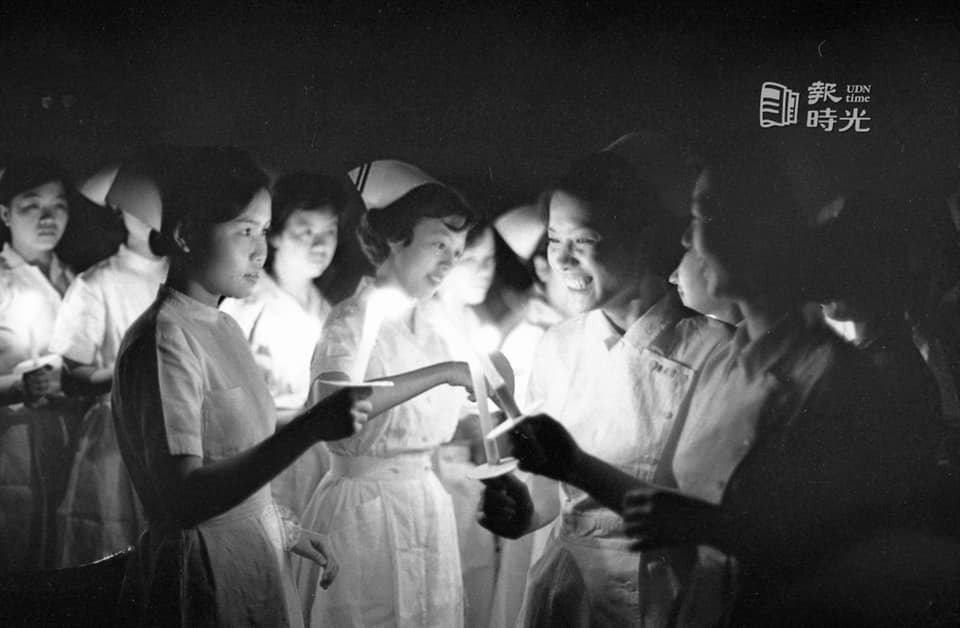 50年前的護士節慶祝大會,在台北市省立護專禮堂舉行燭光晚會,圖為護專學生、與會護...