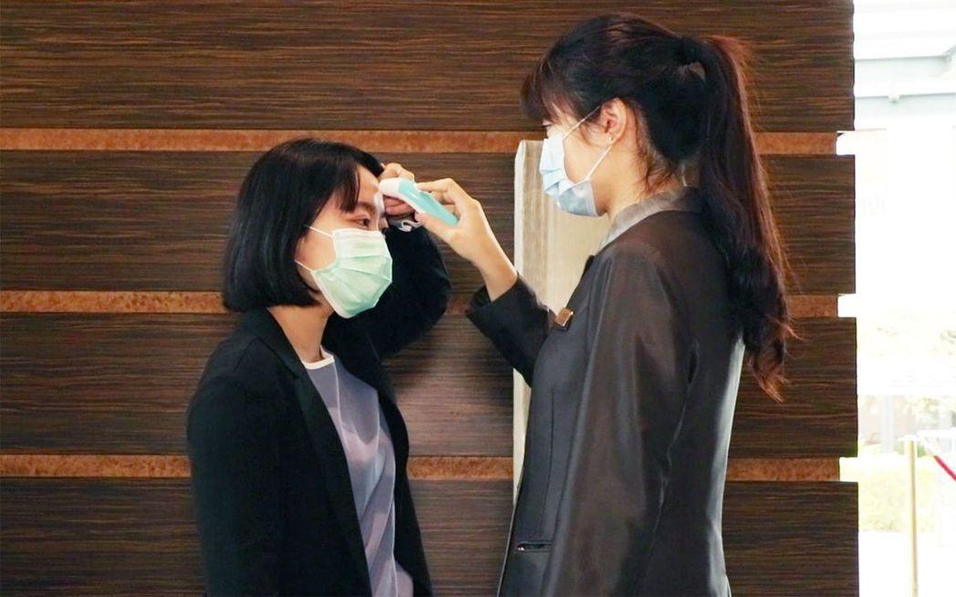 煙波國際觀光集團同仁全面測量體溫、配戴口罩。  煙波集團 提供