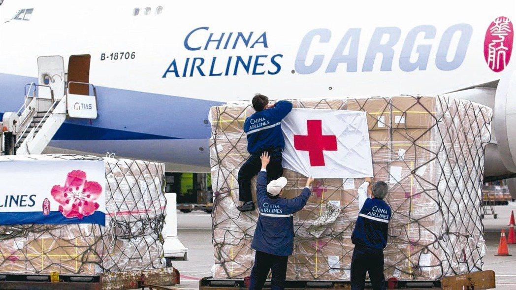 疫情嚴峻,航空客機旅客稀少,貨運市場則是一櫃難求,華航、長榮航及星宇航都應變搶攻...