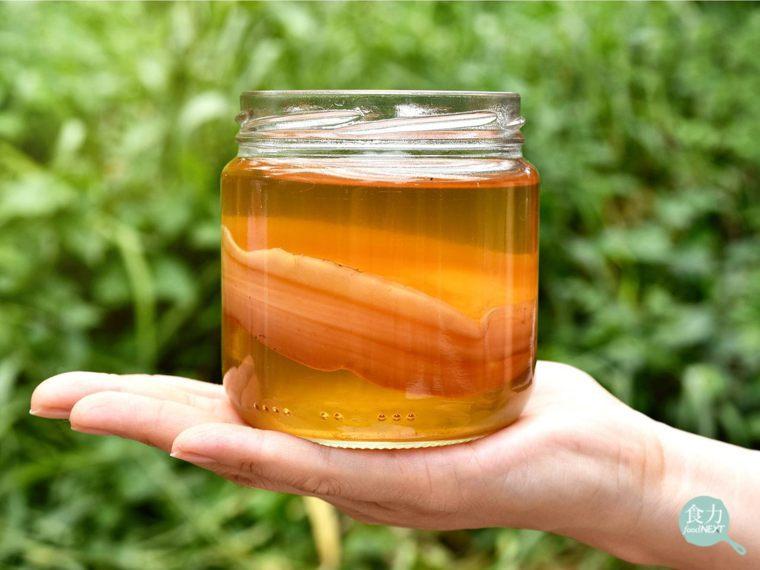康普茶又叫冬菇茶、紅茶菌,是源自於中國的茶飲,在加糖的茶中混合細菌和酵母發酵而成...