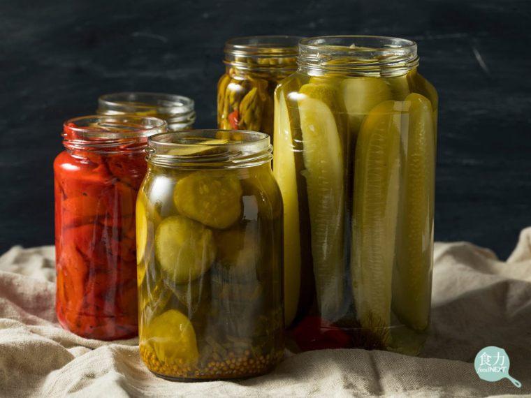 經發酵的醃漬蔬果如小黃瓜等,不僅可以延長食用期限,過程中也會產生乳酸菌、酵母菌等...