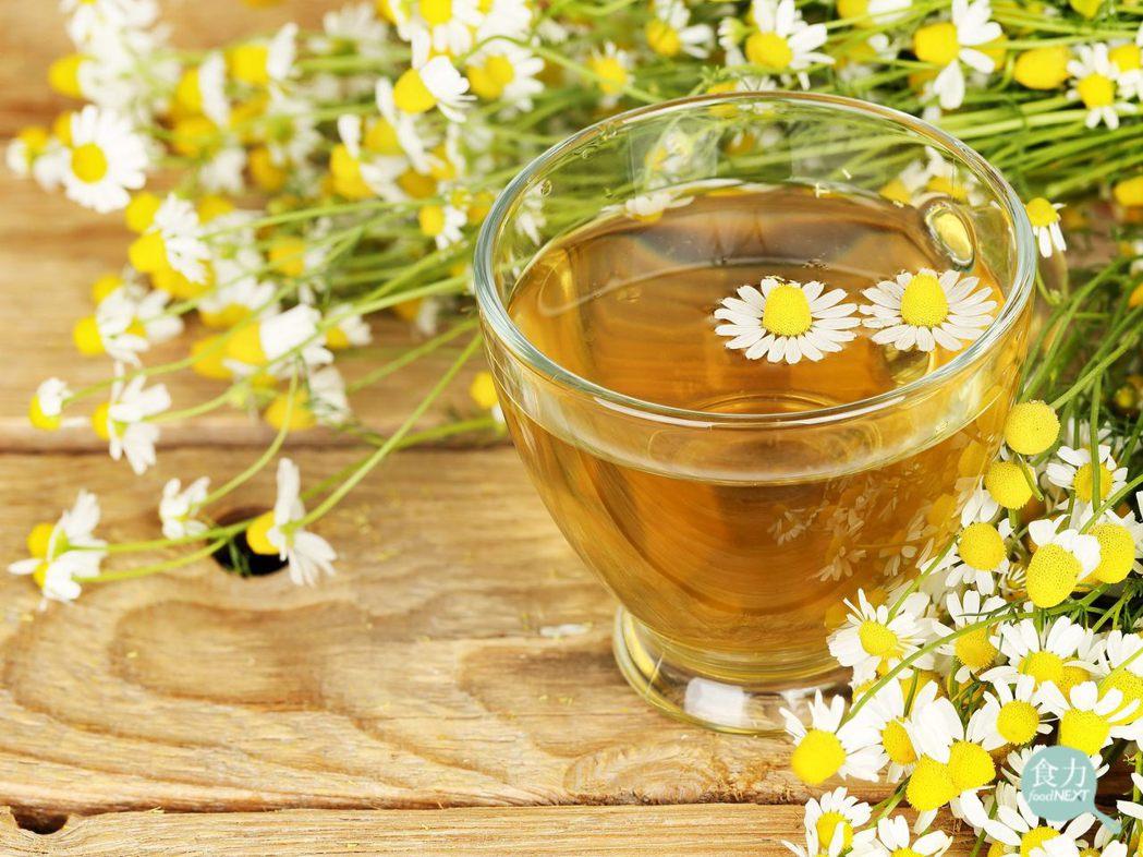 洋甘菊製成的花草茶常被視為具有幫助睡眠、消除緊張等功效。 圖片提供/食力