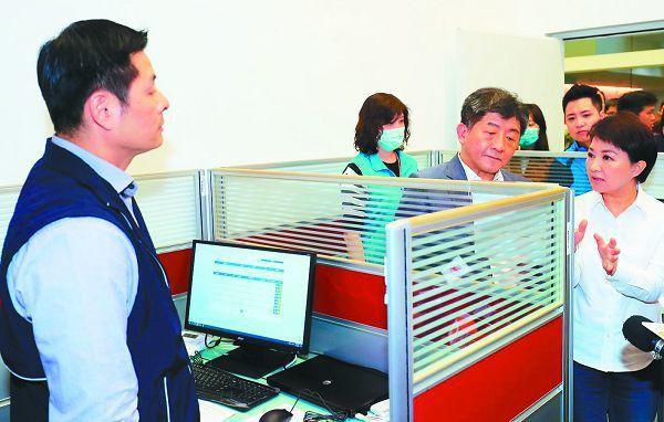 台中市政府防疫超前部署,在2月26日成立居家隔離及檢疫關護中心,衛生福利部長陳時中(左三)、台中市長盧秀燕(右一)視察。