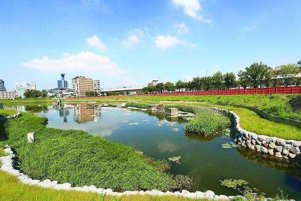 帝國糖廠內的星泉湖一度乾涸成泥地,台中市建設局以新工法,重新打造成美麗湖景。