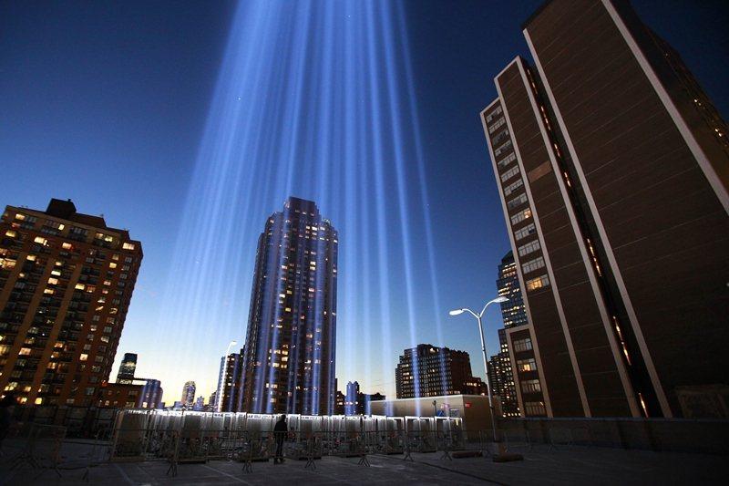 多元而密集的城市,蘊藏著自我再生的種子。圖為2012年911事件11週年,世貿中心雙子塔樓原址上亮起兩柱光束。 圖/路透社