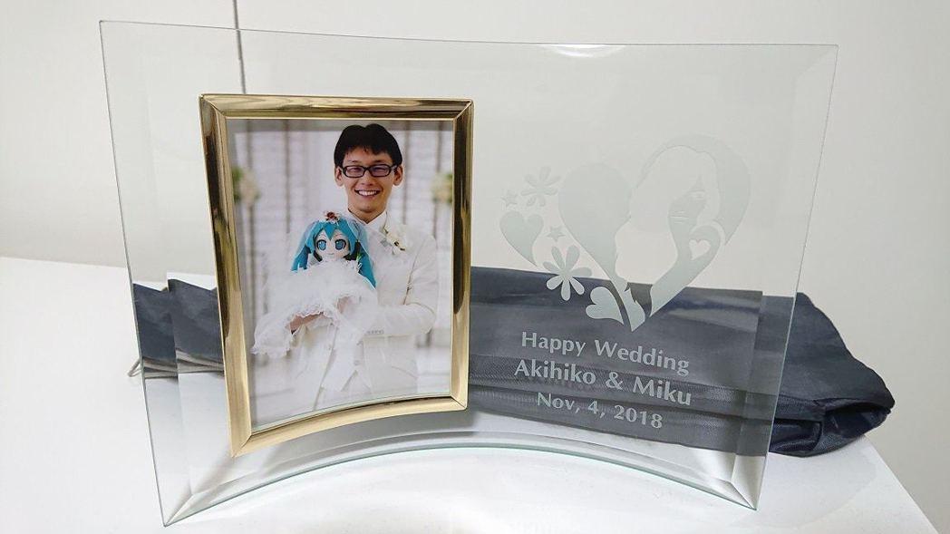 近藤顯彦在2018年舉行了一個有39名親友出席的婚禮,將女神初音未來娶回家。 圖...