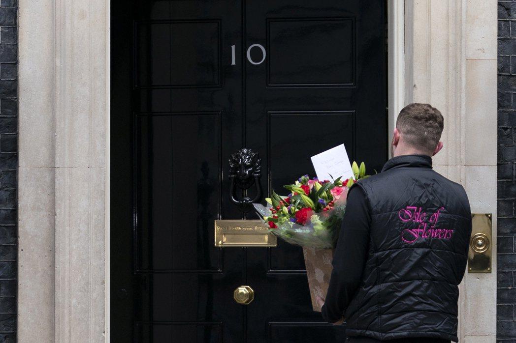 民眾向唐寧街10號送花,關心首相強生的病情。 圖/歐新社