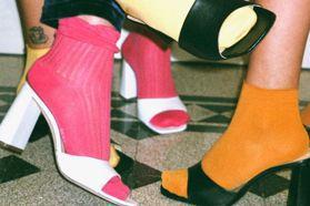 蕾哈娜、貝拉哈蒂德都在穿!2020年春夏大勢鞋款「方頭涼鞋」好看又好搭