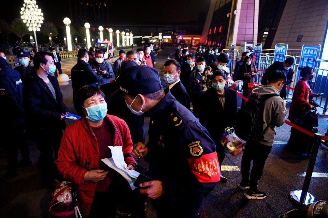 在離漢關口的現場,就有不少人因為無法出示健康碼、或是只拿著診所開立的紙本健康證明...