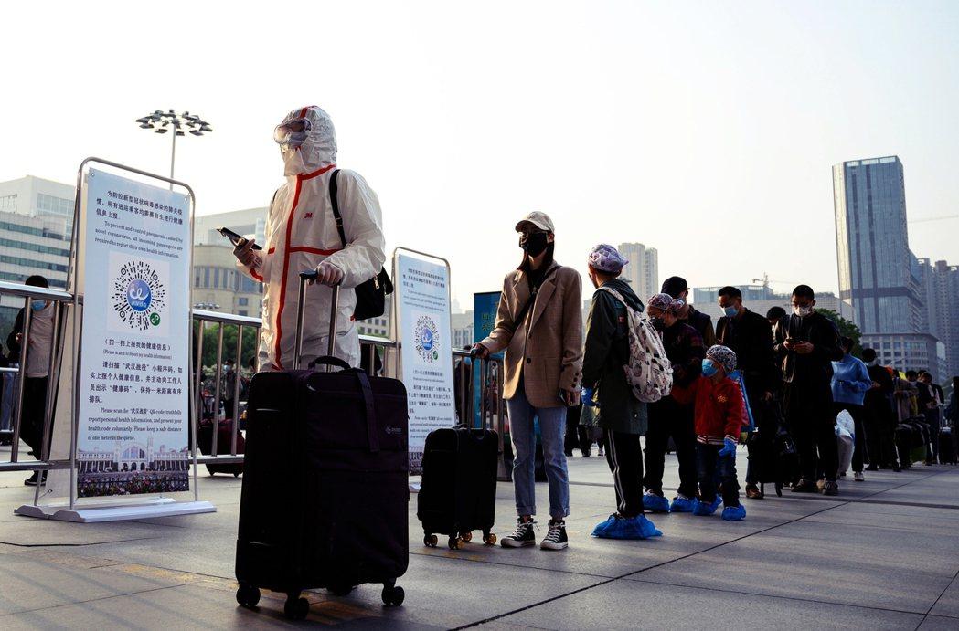 「我擔心...復工之後會不會被歧視?」圖為8日上午,在漢口站排隊準備離開的民眾,...