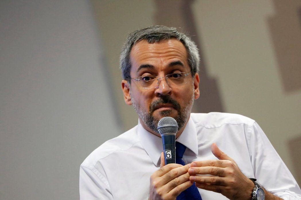 巴西教育部長溫特勞布日前推文暗示中國利用疫情企圖「統治世界」,但隨後將該則貼文刪除。 圖/路透社