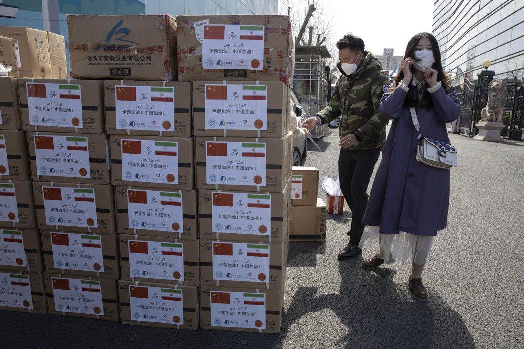 伊朗與中國關係向來友好,但肺炎使伊朗損失慘重,部分官員仍忍不住跳出來指控中國。圖為中國準備運往伊朗的救援物資,攝於3月16日,北京。 圖/美聯社