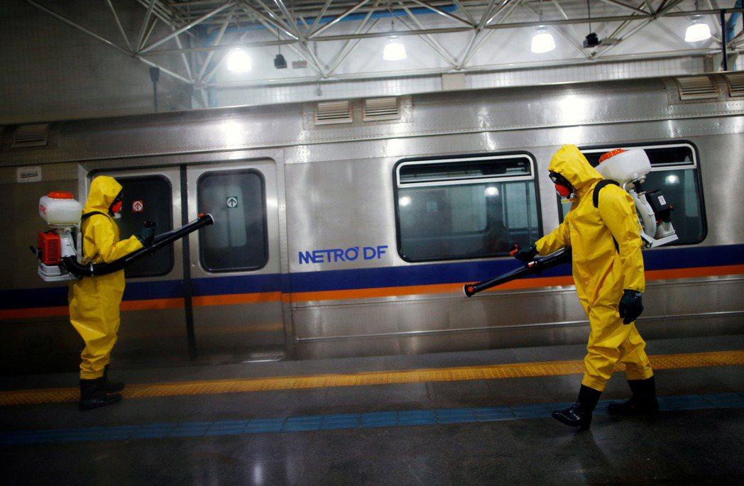 疫情在全球爆發後,世界各國受創嚴重。圖為巴西防疫人員在巴西利亞一處地鐵站進行消毒。 圖/路透社