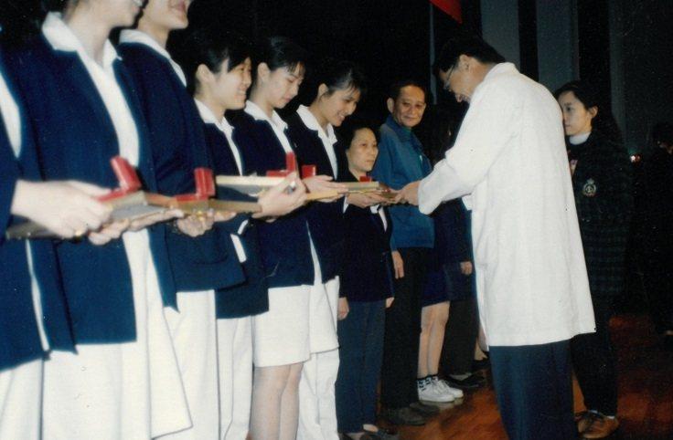 陳蓉心(受獎者)於長庚醫院工作時,曾接受優良護士表揚。可惜SARS事件後家人不允...