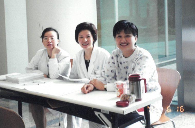 曾在和信醫院工作的陳蓉心(右1),從癌症病房學習到,抗病時只有保持信心,對身體才...