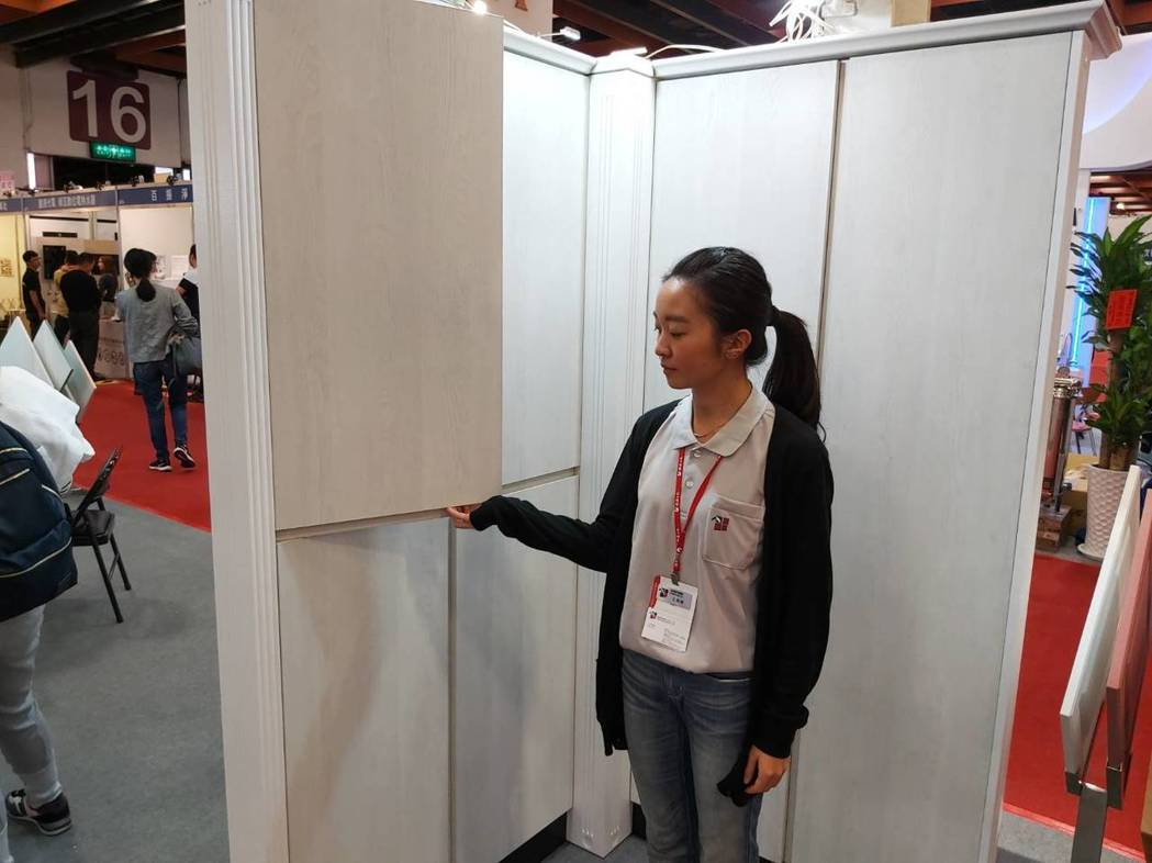 喬豊實業開發出無把手門板「J型門」。           詹豊彰/攝影