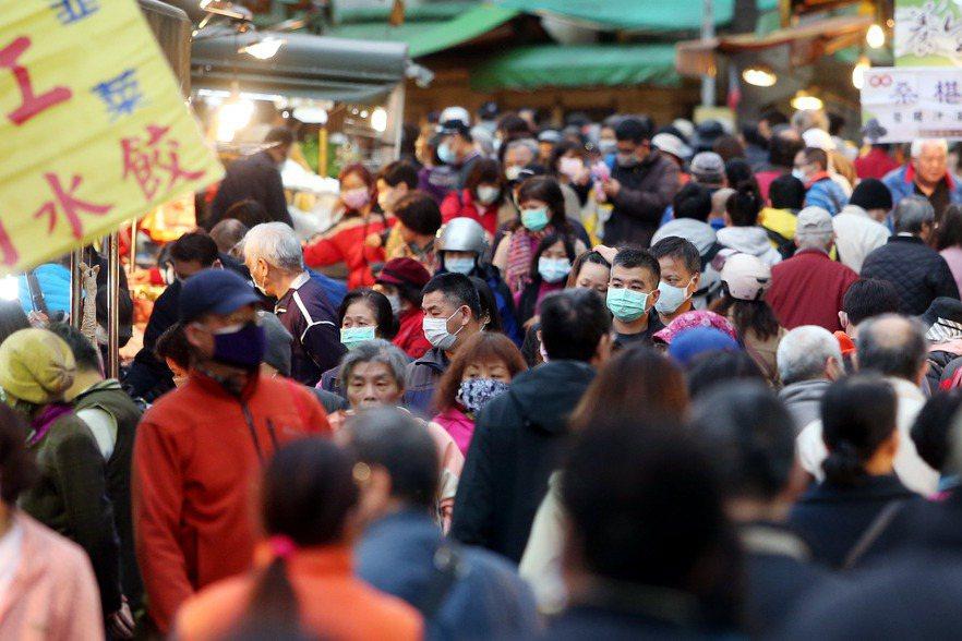 民眾佩戴口罩到市場採買。 圖/聯合報系資料照