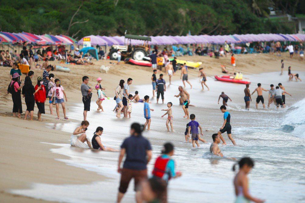 連假期間,墾丁海灘湧現人潮。 圖/聯合報系資料照
