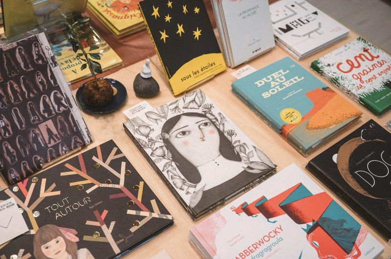 外文繪本中皆夾有摘要與翻譯,也提供部分書介,方便讀者走進繪本的世界。 攝影-林軒朗
