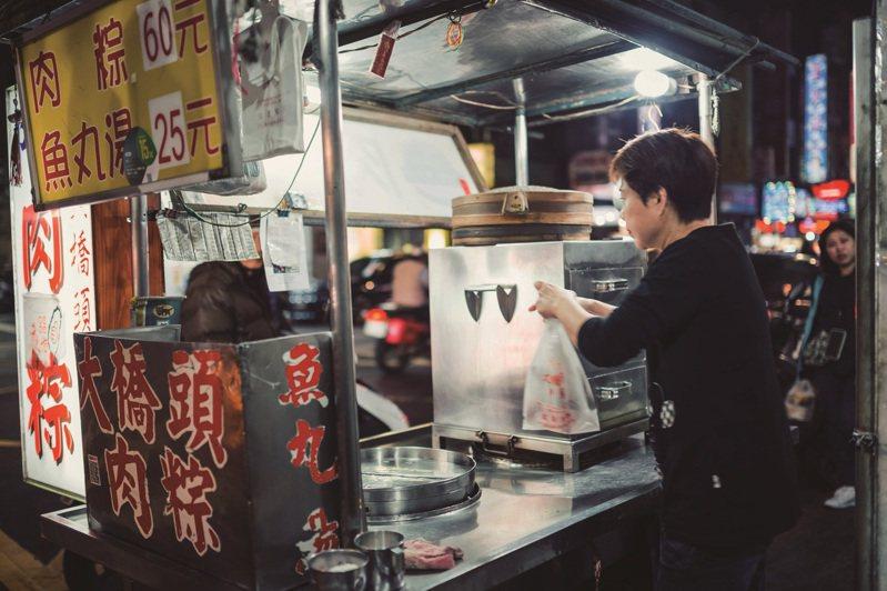 夜市不僅是填飽肚子的場所,更可以透過美食學台語。( 攝影/張晋瑞)
