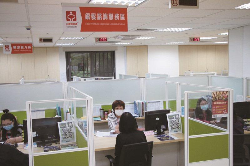就服站專設銀髮諮詢服務區,提供銀髮求職者就業所需的協助。 圖-南港東明青銀就業服務站