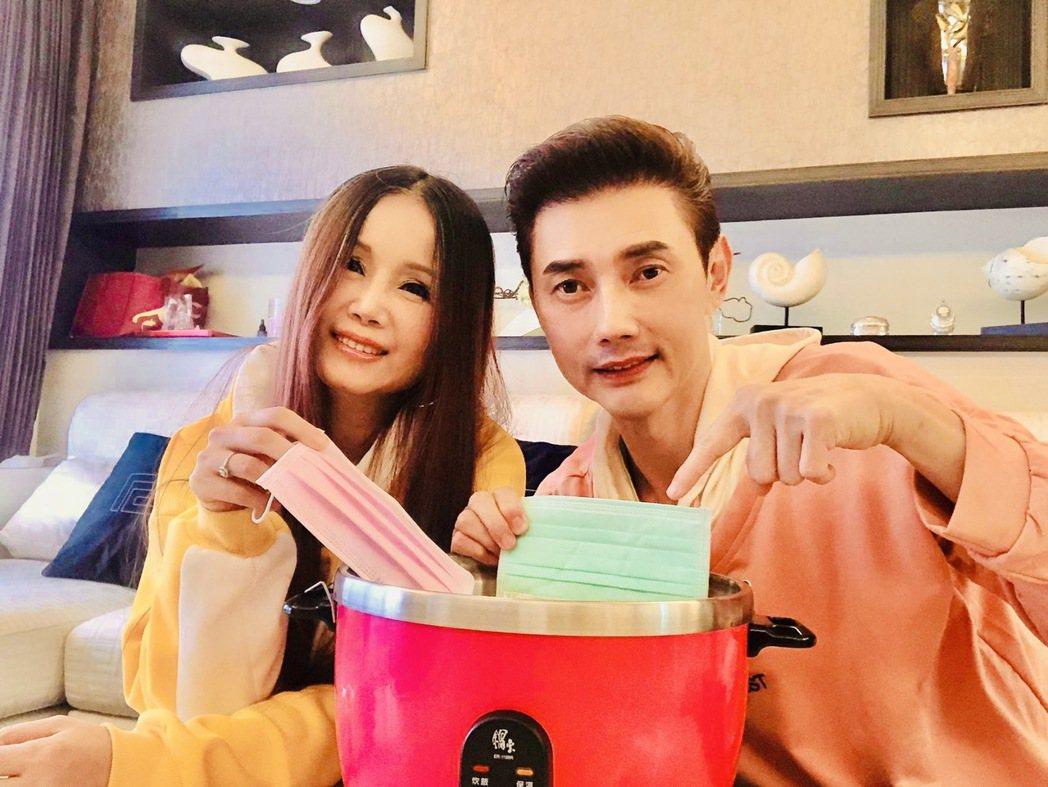 包偉銘(右)和老婆劉依純嘗試蒸口罩。圖/翰森娛樂提供