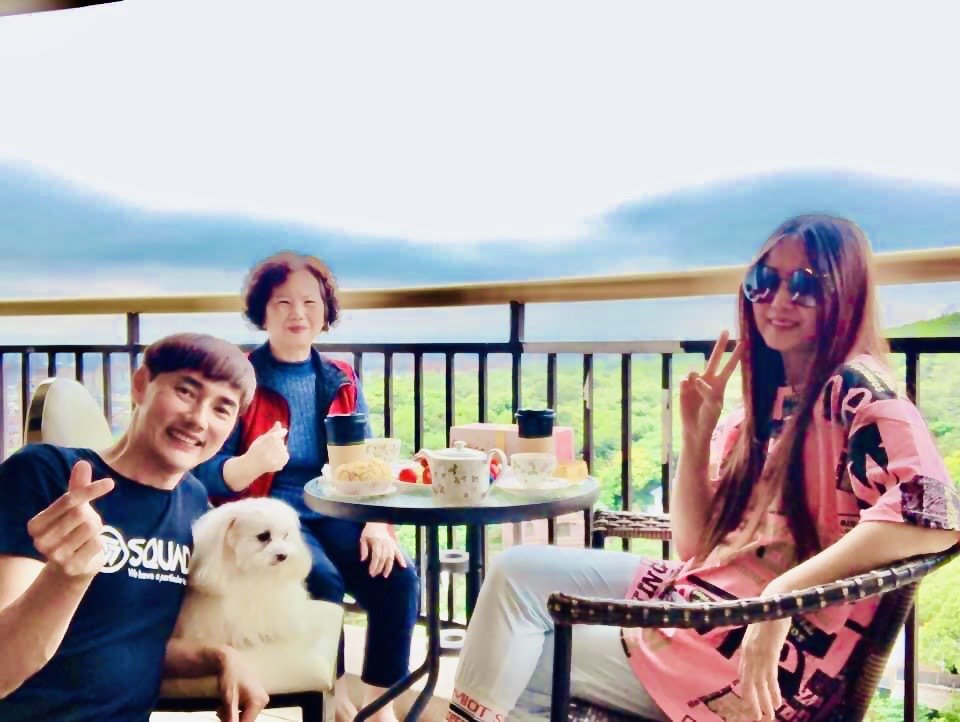 包偉銘(左起)邀丈母娘到家跟老婆一起喝下午茶。圖/翰森娛樂提供