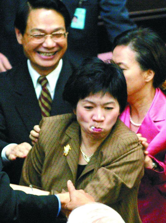 新北市議員王淑慧在立委任內把提案往嘴裡塞,阻擋親民黨提案,引起外媒關注。本報資料照片