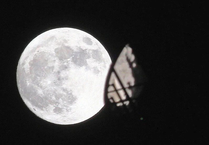 中央氣象局預報,今年的最大滿月將出現在4月8日。聯合報系資料照