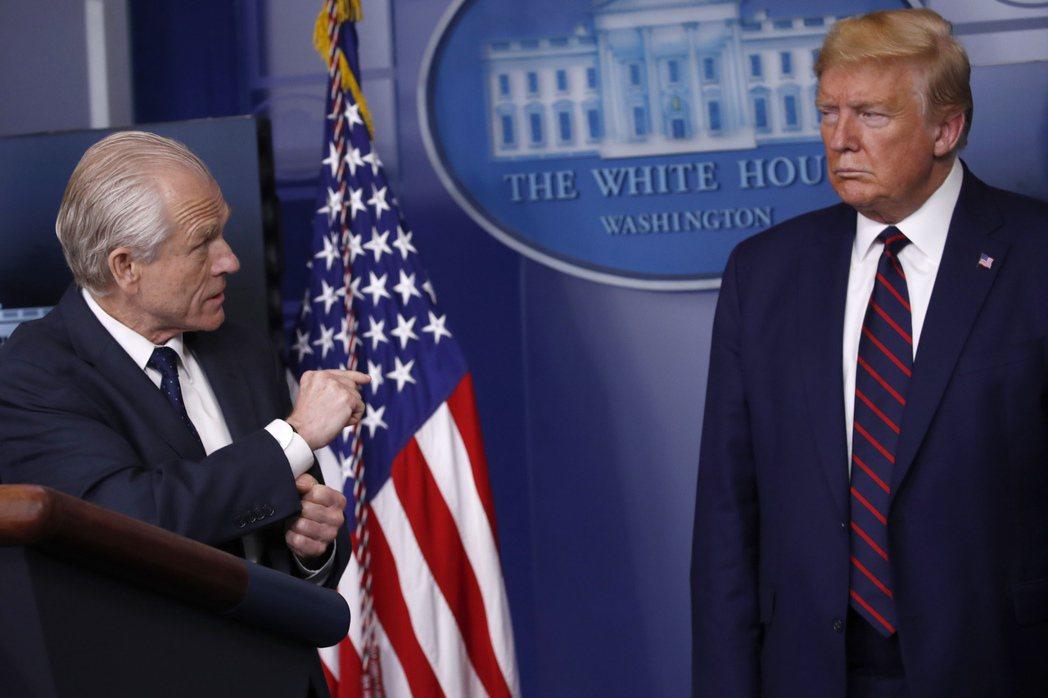 白宮貿易顧問納瓦羅(左)與美國總統川普(右)。美聯社
