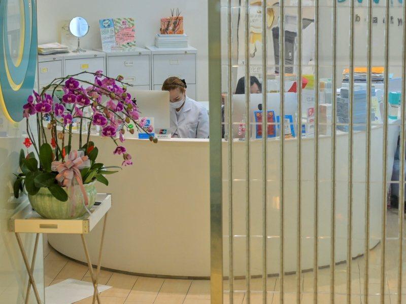 香港「限聚令」延長至本月23日,美容院按摩院停業14天。星島網