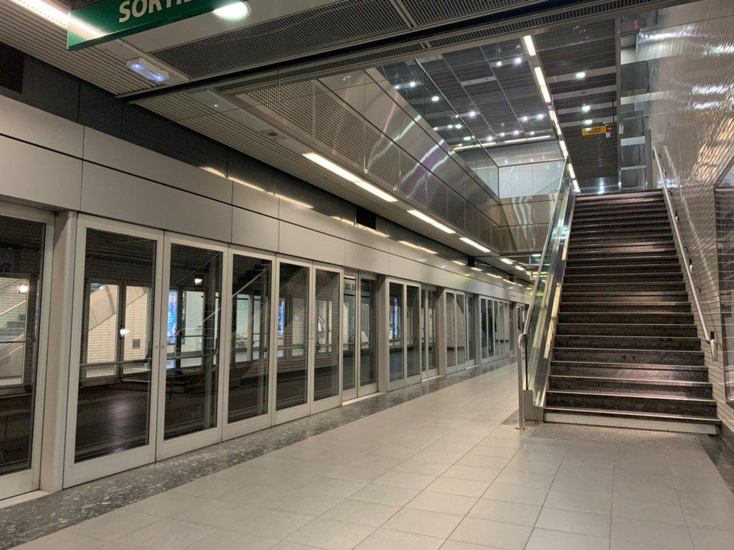法國宣布封城後,境內人非必要不得外出,地鐵只供仍需上班者搭乘。圖/Charlot...