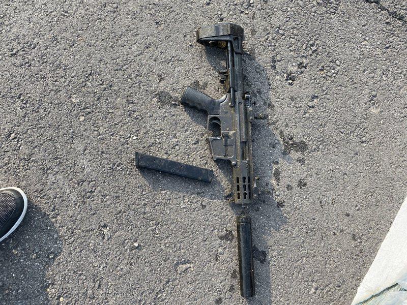 警方在台中查獲疑似陳嫌的作案槍支,研判是改造過的M4衝鋒槍,將送刑事局進行槍支彈道比對。記者蔡翼謙/翻攝