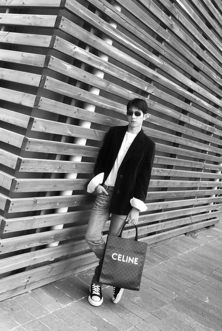 井柏然選用Triomphe Canvas凱旋門花紋帆布與黝黑色小牛皮直式托特包,...
