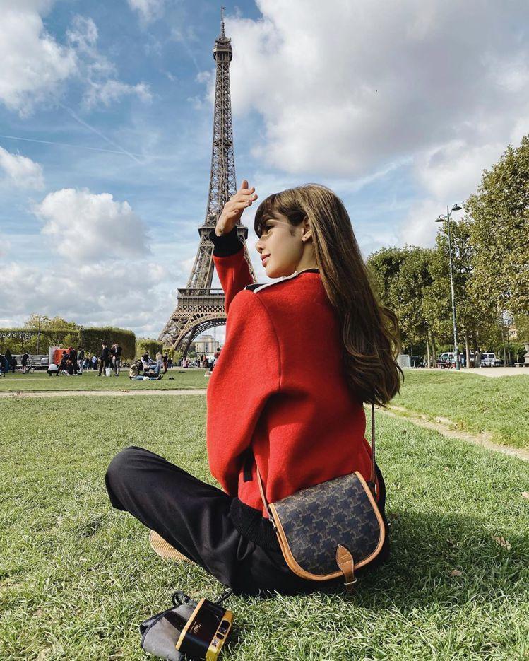 Lisa多次以Triomphe Canvas凱旋門經典印花肩背書包穿搭,顯見她對...