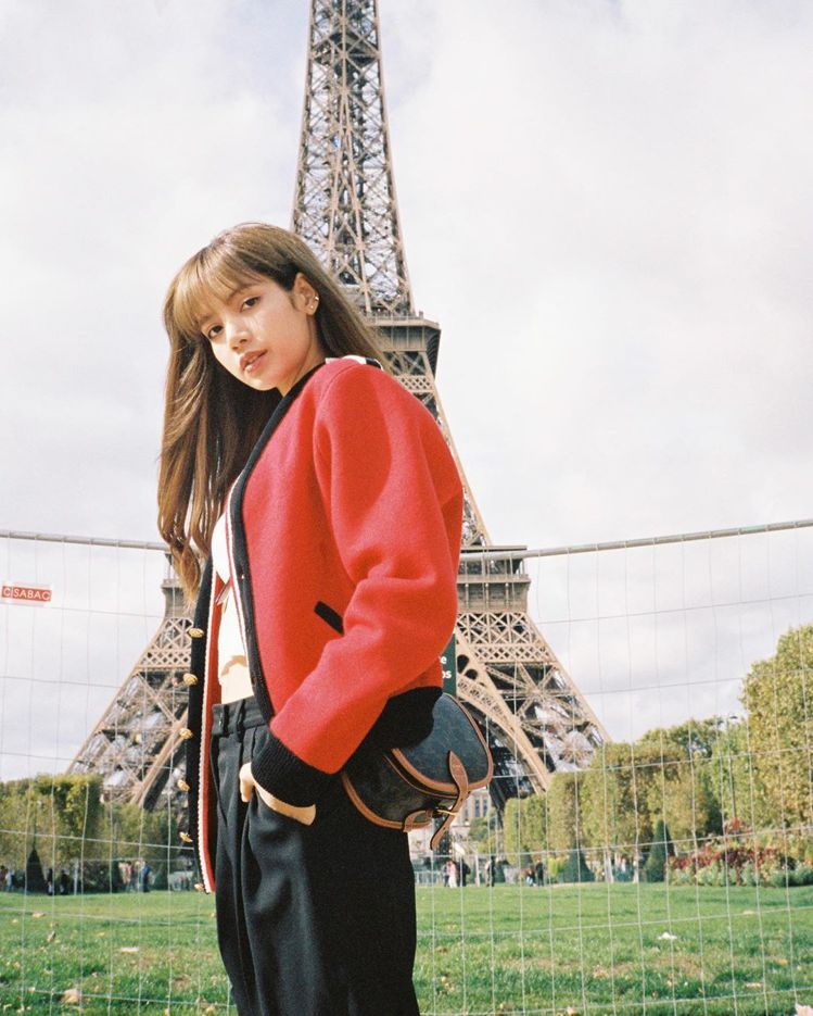 Lisa詮釋Triomphe Canvas凱旋門經典印花肩背書包,售價41,50...