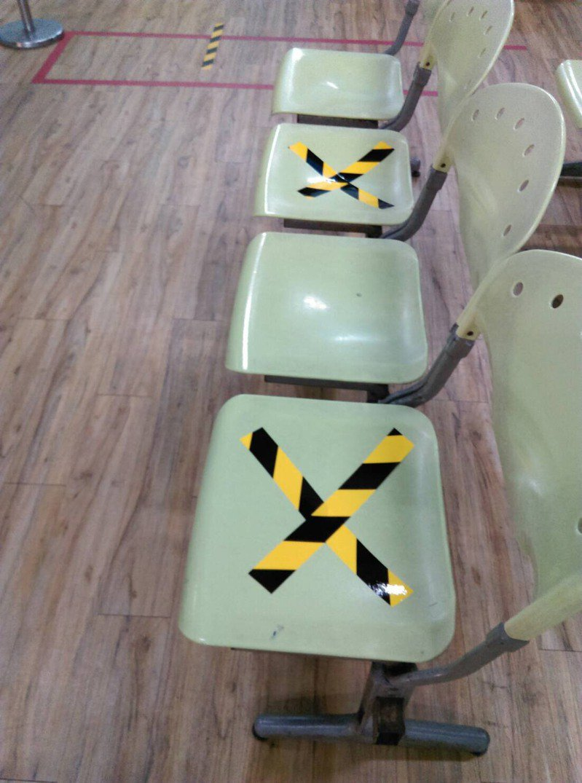 客運業者配合政府防疫,在場站候車座位用有色膠帶劃上大「X」警示。圖/台中區監理所提供
