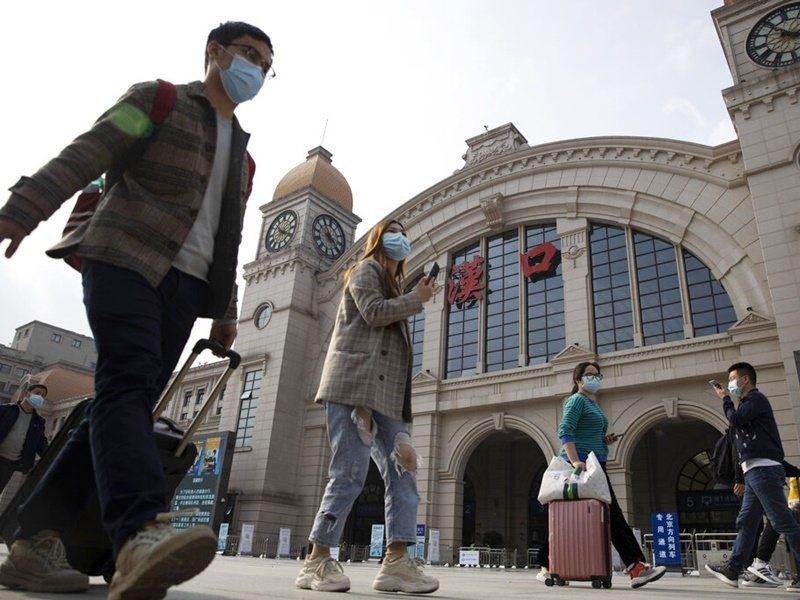 武漢解封首日,估計有5.5萬人離開。美聯社