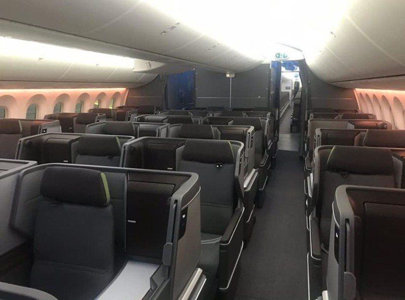 最近從加拿大飛回台灣的班機,客艙內空無一人,可以看出航空業的嚴重困境。圖/取自臉書