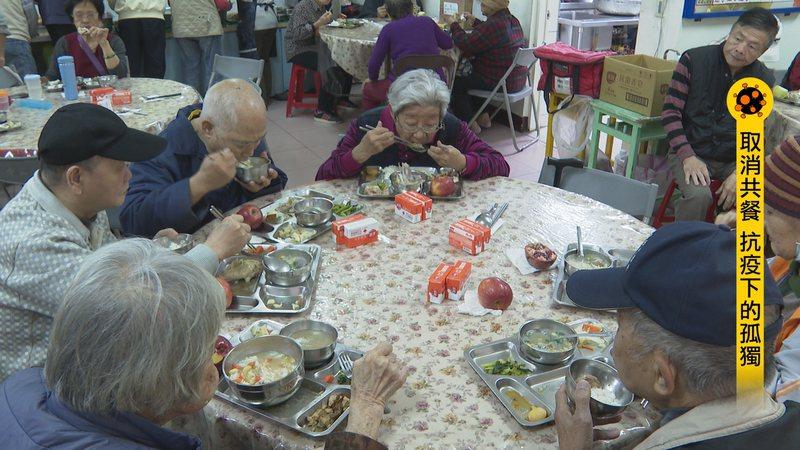 擔心老人家整天待在家裡不出門,影響身心,台北市中正區忠勤里在防疫期間不停辦老人共餐。記者王彥鈞/攝影