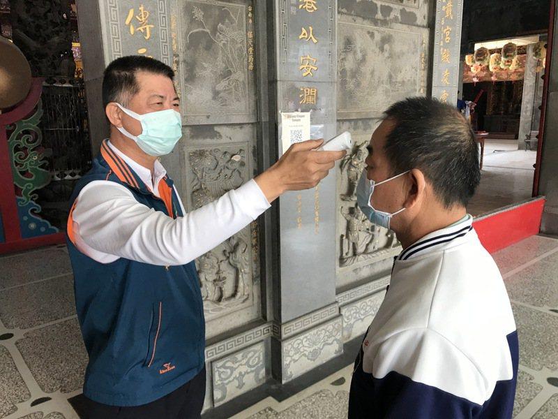台南西港慶安宮今天起入廟參拜要求戴口罩、量額溫,發燒則勸導不入廟。圖/廟方提供