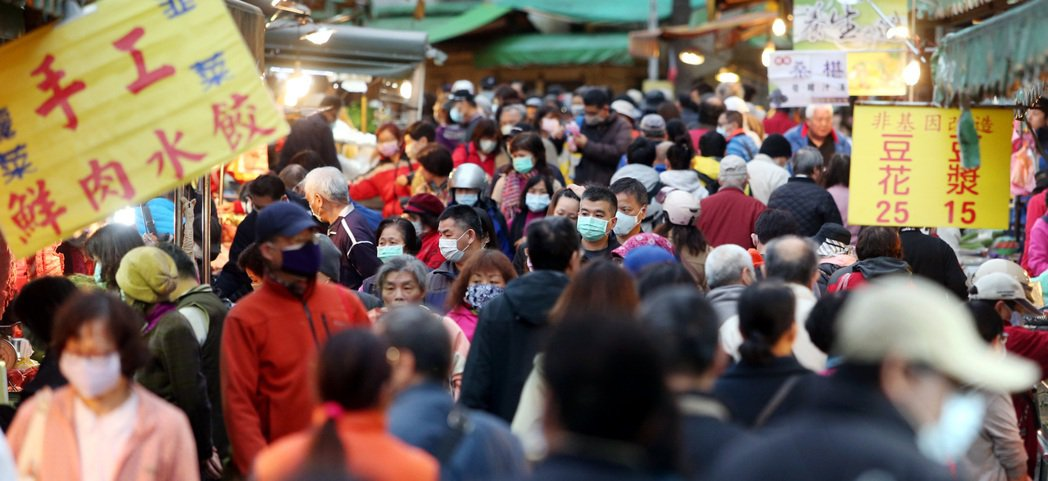 因目前仍屬新冠肺炎疫情高峰,指揮中心日前也表示將針對夜市或菜市場等人口聚集處,研...