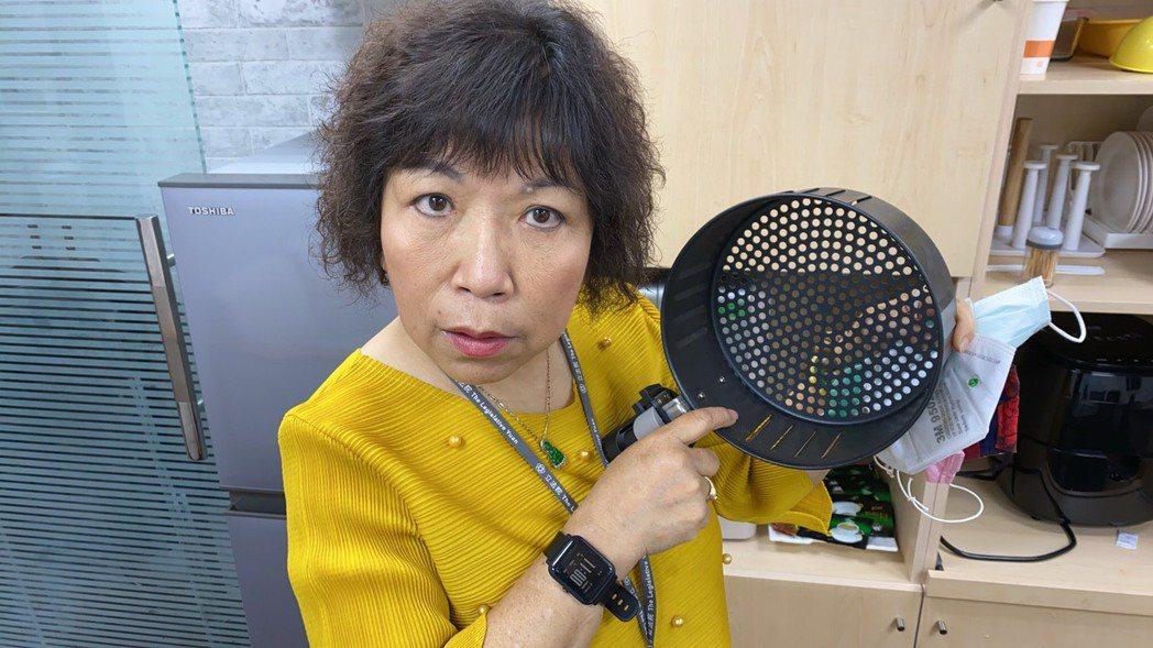 國民黨立委葉毓蘭說明氣炸鍋蒸口罩始末。葉毓蘭辦公室提供