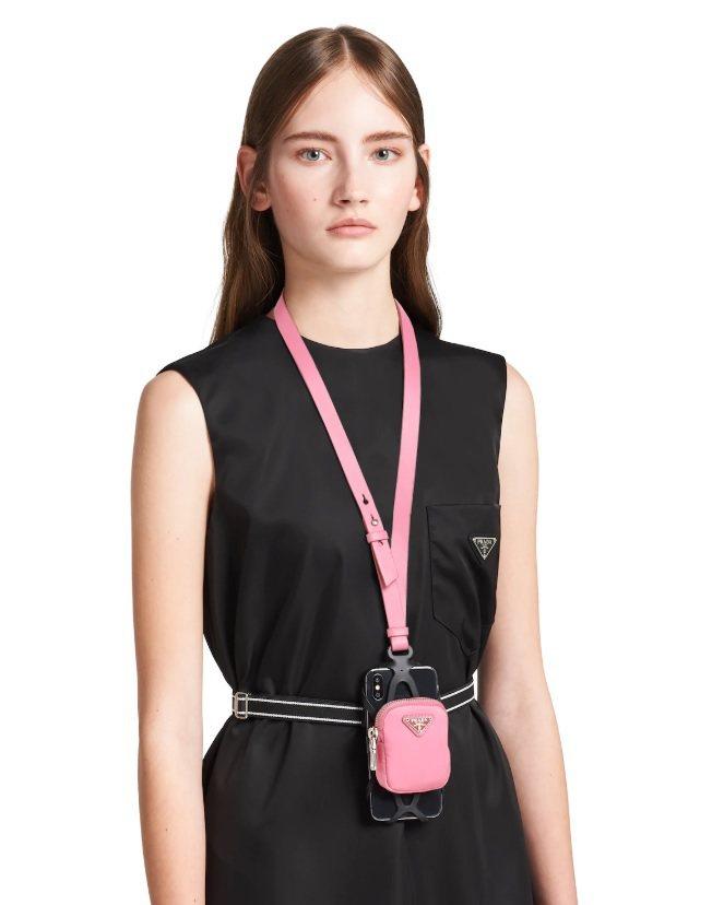 PRADA手機套也附有尼龍迷你包,同樣可以放零錢或化妝品。圖/PRADA提供