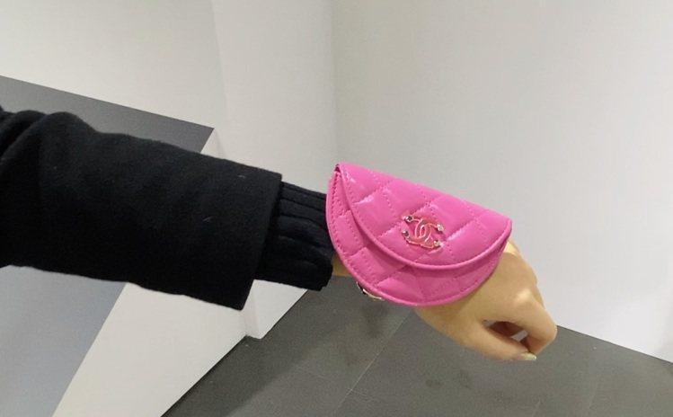香奈兒春夏其中一款手腕包結合了標誌性的菱格紋搭配雙C Logo,分為兩種尺吋,可...